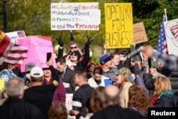 Hàng trăm người biểu tình bên ngoài Kentucky State Capitol chống các biện pháp giãn cách xã hội và đóng cửa doanh nghiệp giữa đại dịch COVID-19