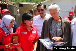 Direktur Eksekutif IMF Christine Lagarde sampaikan bantuan sumbangan dari staf IMF yang berjumlah 2 miliar dolar untuk korban gempa di Lombok dan Palu, ketika berkunjung ke Lombok, Senin (8/10). (Foto courtesy: Menko Kemaritiman)