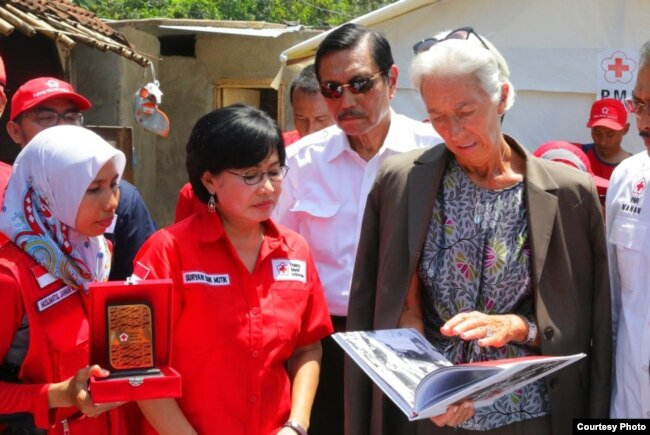 Direktur Eksekutif IMF Christine Lagarde sampaikan bantuan sumbangan dari staf IMF yang berjumlah 2 miliar dolar untuk korban gempa di Lombok dan Palu, ketika berkunjung ke Palu, Senin (8/10). ((Foto courtesy: Menko Kemaritiman)