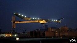 ເຮືອບິນທີ່ໃຊ້ພະລັງແສງຕາເວັນ ໄດ້ເດີນທາງມາເຖິງ ເດີ່ນບິນນາໆຊາດ Dulles ທີ່ນະຄອນຫລວງ ວໍຊິງຕັນ, ເຊົ້າວັນທີ 16 ມິຖຸນາ 2013.