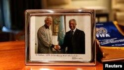 Janubiy Afrika sobiq prezidenti, aparteidga qarshi kurashgan faol Nelson Mandela va Kofi Annan birga tushgan surat