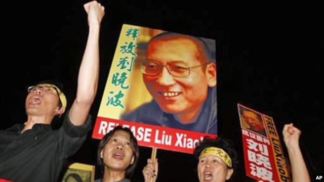 Pro-democracy protesters raise pictures of Chinese dissident Liu Xiaobo with Chinese words reading: 'Release Liu Xiaobo' during a demonstration outside the China's Liaison Office in Hong Kong, 08 Oct. 2010