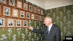诺贝尔研究所所长伦德斯塔指着诺委会会议室内新挂上的刘晓波像(美国之音王南拍摄)