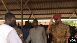 General Gilbert Diendere (midig, ) oo salamaya Reysal wasaare Isaac Zida, Ouagadougou,