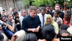 PM Inggris David Cameron (tengah) berbicara dengan warga Sri Lanka dari etnis Tamil dalam kinjungannya di kota Jaffna, Sri Lanka utara (15/11).