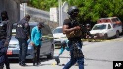 海地安全部隊調查總統莫伊塞遇刺的總統官邸(7月7號)。