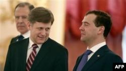 Majkl Mekfol, novi američki ambasador u SAD, sa odlazećim predsednikom Dmitrijem Medvedovom u Moskvi.