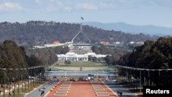 Gedung Parlemen Australia (atas) terlihat di atas gedung Parlemen yang lama (gedung berwarna putih di bawahnya) dengan latar belakang Anzac Parade di Canberra (Foto: dok).