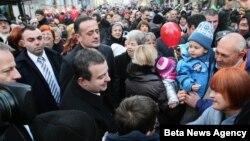 Premijer Srbije Ivica Dačić i predsednik Skupštine grada Aleksandar Antić sa građanima u Ulici otvorenog srca