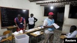 Giới chức bầu cử đếm phiếu bầu sau khi kết thúc cuộc bầu cử quốc gia ở thủ đô Luanda, Angola, 31/8/2012