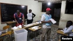 安哥拉全国选举结束后选举官员在首都点算选票