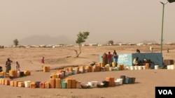 Des déplacés attendent de l'eau dans le camp de réfugiés de Minawao, dans le nord du Cameroun, le 9 février 2018. (M. Kindzeka / VOA)