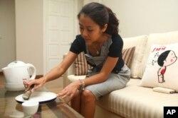 Một người dân ở Hà Nội giải thích cách pha nước với sừng tê giác được nghiền nát được tin dùng để giải say hoặc chữa dị ứng