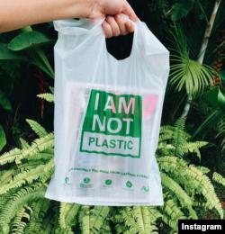 Tas produksi Avani Eco ini diproduksi dari tepung singkong, 100% tidak mengandung plastik. (Photo: IG/avanieco)