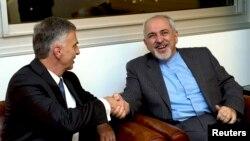 ဆြဒ္ဇာလန္ႏုိင္ငံျခားေရးဝန္ႀကီး Didier Burkhalter (ဝဲ) ႏွင့္ အီရန္ႏိုင္ငံျခားေရးဝန္ႀကီး Mohammad Javad Zarif တို႔ ဂ်နီဗာမွာက်င္းပတဲ့ အီရန္ႏ်ဴကလီယားေဆြးေႏြးပဲြအတြင္း ျမင္ကြင္း။ (ႏုိဝင္ဘာ ၂၃၊ ၂၀၁၃)