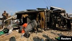 아프가니스탄 카불에서 27일 폭탄공격으로 부서진 영국대사관 차량.