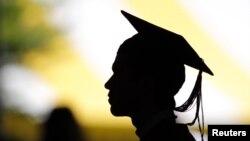El 45 por ciento dijo que si les ofrecían a sus hijos un buen empleo estando en la universidad les dirían que siguieran estudiando.