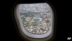 El estadio Centenario de Montevideo, Uruguay, es visto desde la ventana de un avión, el 26 de enero, de 2018.