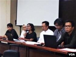 Koalisi Masyarakat Sipil dalam jumpa pers di kantor YLBHI, Jakarta, Minggu (26/5) menyampaikan hasil temuannya terkait Aksi Demostrasi 21-23 Mei yang berakhir rusuh. (VOA/Fathiyah)