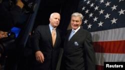 힐러리 클린턴 민주당 대통령 후보 지지를 선언한 공화당 소속 존 워너(버지니아·오른쪽) 전 상원의원이 2008년 대선 당시 존 매케인 공화당 후보 선거운동을 돕고있는 모습.