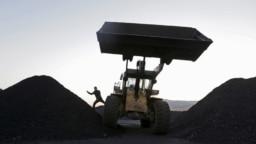 2015 年 10 月 23 日,一名司机在中国黑龙江省鸡西市郊煤矿附近的一个小型储煤场下车。