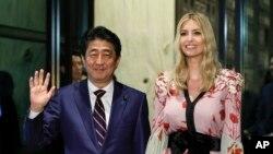 Іванка Трамп (п) і прем'єр-мінінстр Японії Сіндзо Абе