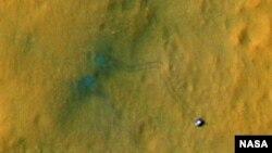 나사가 공개한 화성 표면의 위성 사진. 지난 달 화성에 착륙한 탐사선 큐리어시티의 이동 흔적을 확인할 수 있다.