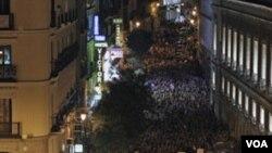 Ribuan demonstran di Puerta del Sol, Madrid memprotes buruknya kondisi perekonomian Spanyol (20/5).
