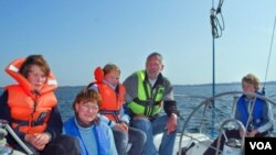 Keluarga Johansen pada saat akan berangkat untuk melakukan pelayaran keliling dunia (foto: dok).