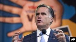 Mitt Romney memberikan pidato di depan Asosiasi Nasional untuk Kemajuan Orang Kulit Berwarna dalam konvensi tahunan di Houston, Texas (11/7).