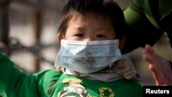2013年12月3日上海雾霾天气中带口罩的男孩