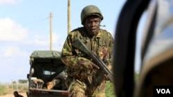 肯尼亞軍人在青年黨控制的陣地附近奔跑