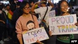 Cộng đồng LGBT tụ tập để kỷ niệm một luật mới được Quốc hội thông qua về người chuyển giới ở Hà Nội, ngày 24/11/2015.