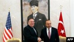 Ngoại trưởng Mỹ Mike Pompeo (trái) gặp Ngoại trưởng Thổ Nhĩ Kỳ Mevlut Cavusoglu ở Ankara