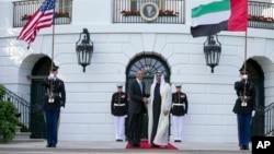 지난 5월 아랍에미리트연합 수도 아부다비를 방문한 바락 오바마 대통령(왼쪽)이 아랍에미레이트의 셰이크 무함마드 빈 자예드 알 나얀 왕자와 만나 악수하고 있다. (자료사진)