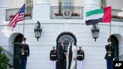 រូបថតឯកសារ៖ លោកប្រធានាធិបតី បារ៉ាក់ អូបាម៉ា ចាប់ដៃជាមួយលោក អ្នកអម្ចាស់ Sheikh Mohamed bin Zayed Al Nahyan នៃរដ្ឋ Abu Dhabi នៅសេតវិមានកាលពីថ្ងៃទី១៣ ខែឧសភា ឆ្នាំ២០១៥។ (AP Photo/Carolyn Kaster, File)