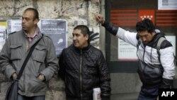 Građani čekaju ispred vladine kancelarije za pomoć nezaposlenima u Madridu