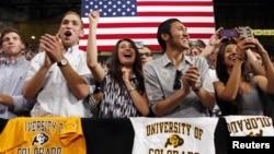 Para mahasiswa bersorak saat Presiden Obama berpidato mengenai naiknya pinjaman untuk mahasiswa di Universitas Colorado (24/4).