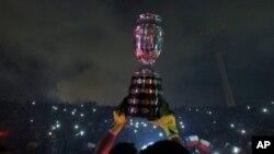 ခ်ီလီဂိုးသမား Claudio Bravo က ဆုရ Copa America ဖလားကို ကိုင္ေျမႇာက္ျပသေအာင္ပြဲခံစဥ္။ (ဇူလိုင္ ၄၊ ၂၀၁၅)