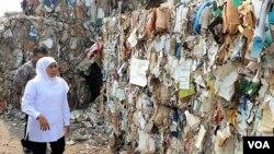 Gubernur Jawa Timur Khofifah Indar Parawansa melihat tumpukan sampah kertas impor dari negara-negara di Eropa, di lokasi penimbunan milik pabrik kertas Pakerin di Kabupaten Mojokerto, 19 Juni 2019. (Foto: Petrus Riski/VOA)
