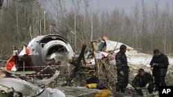 图为俄罗斯调查人员去年4月11日在波兰斯摩棱斯克机场附近的坠机现场