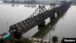 지난해 9월 중국 접경 도시 단둥에서 북한 신의주를 연결하는 '중조우의교' 위로 화물차가 지나고 있다. (자료사진)
