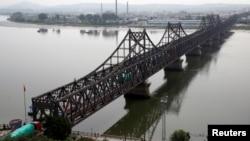지난 9월 중국 단둥과 북한 신의주를 연결하는 '중조우의교' 위로 화물차들이 북한을 향해 가고 있다.