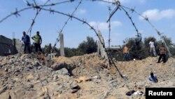 Cư dân Palestine tại hiện trường một vụ không kích của Israel tại Khan Younis ở miền nam Dải Gaza, ngày 6/7/2014.