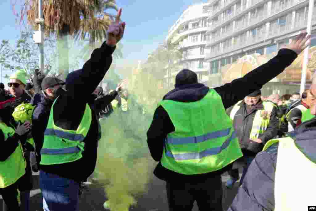 روز شنبه باز معترضان موسوم به «جلیقه زرد» به خیابان ها آمدند. اینبار حضور آنها در شهرهایی چون نیس بیشتر گزارش شد. آنها خواستار کنارهگیری ماکرون هستند.