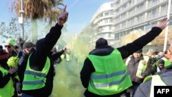 """Des manifestants scandent des slogans et des gestes lors d'une manifestation antigouvernementale appelée par le mouvement des Gilets jaunes """"Gilets Jaunes"""" à Nice, dans le sud de la France, le 12 janvier 2019."""