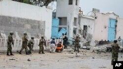 Suasana di depan pintu gerbang kompleks PBB di Mogadishu, Somalia, pasca serangan bom yang dilancarkan militan terkait al-Qaida, Rabu (19/6).