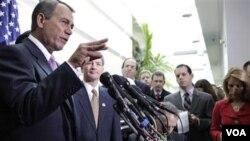 Ketua DPR AS John Boehner (kiri) dan beberapa anggota DPR AS dalam konferensi pers di Capitol Hill, 25 Januari 2011