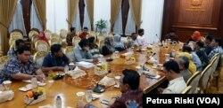 Gubernur dan Wakil Gubernur Jawa Timur menerima perwakilan warga Kecamatan Pesanggaran, Kabupaten Banyuwangi di Gedung Negara Grahadi. Warga menolak tambang emas di Gunung Tumpang Pitu dan Salakan, serta minta izin dicabut. (Foto: VOA/Petrus Riski)