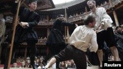셰익스피어 작품 공연으로 유명한 영국 런던의 글로브 극장에서 지난 2010년 배우들이 공연하고 있다. (자료사진)